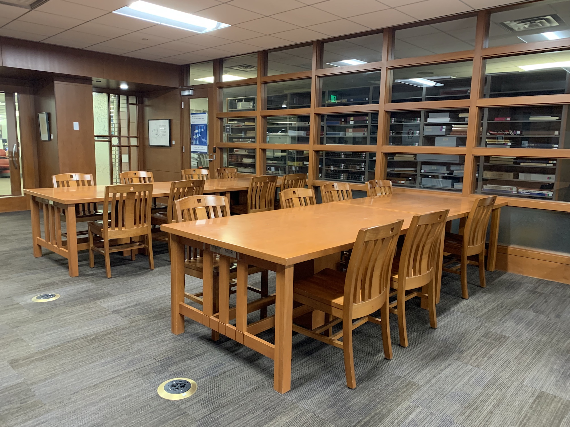 The two large tables that can be used by students to study in the fine arts library.